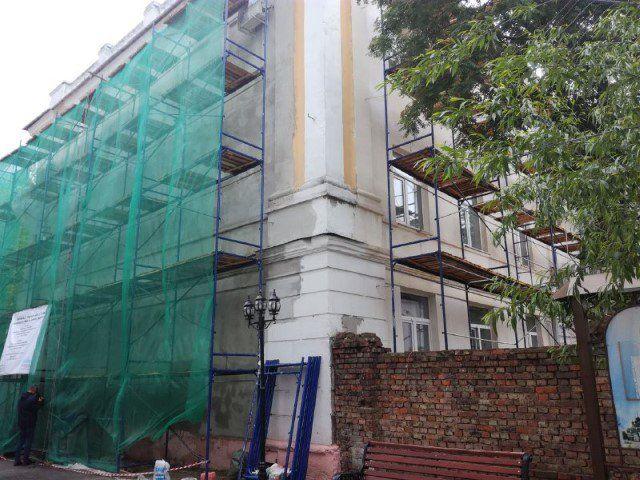 Вцентре Ярославля ремонтируют фасады домов