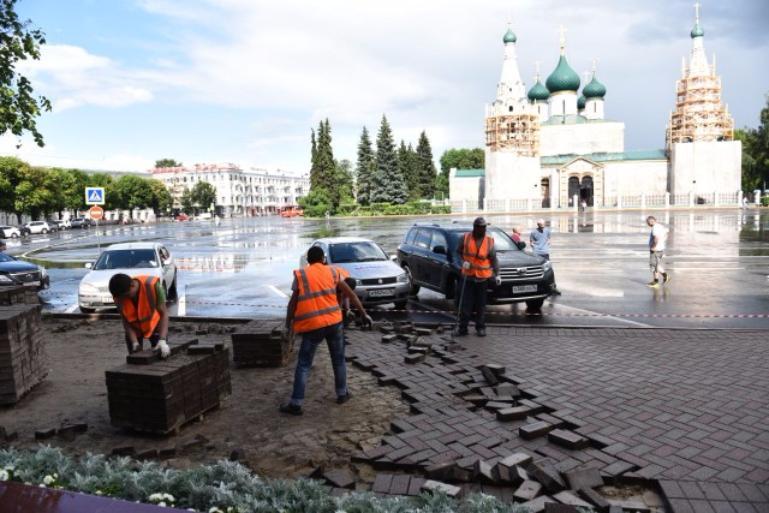 Чиновники пояснили, зачем снимают хорошую плитку вцентре Ярославля