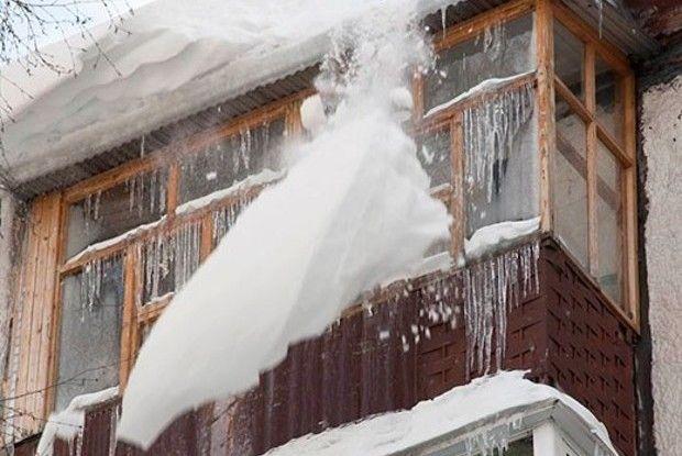 ВЯрославле девочка угодила вреанимацию из-за упавшей скрыши дома льдины