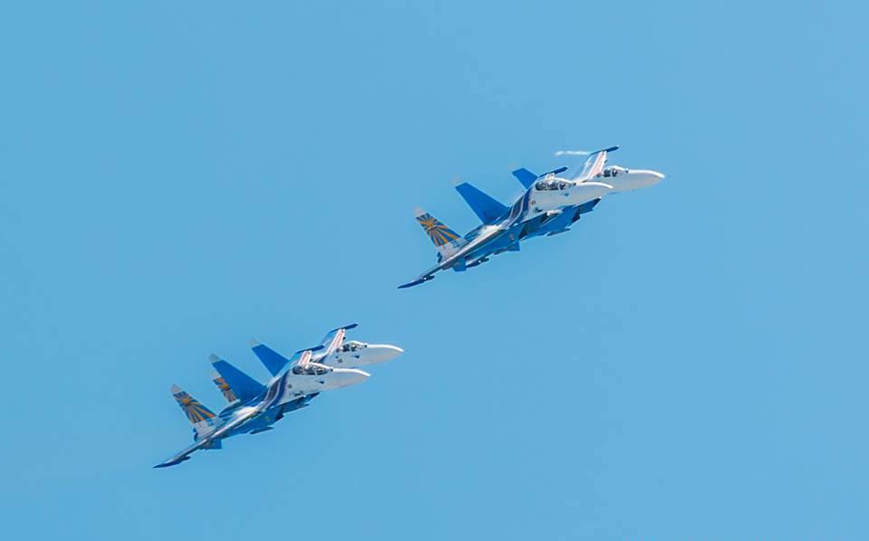 «Русские витязи» исполнили над Ярославлем фигуры высшего пилотажа