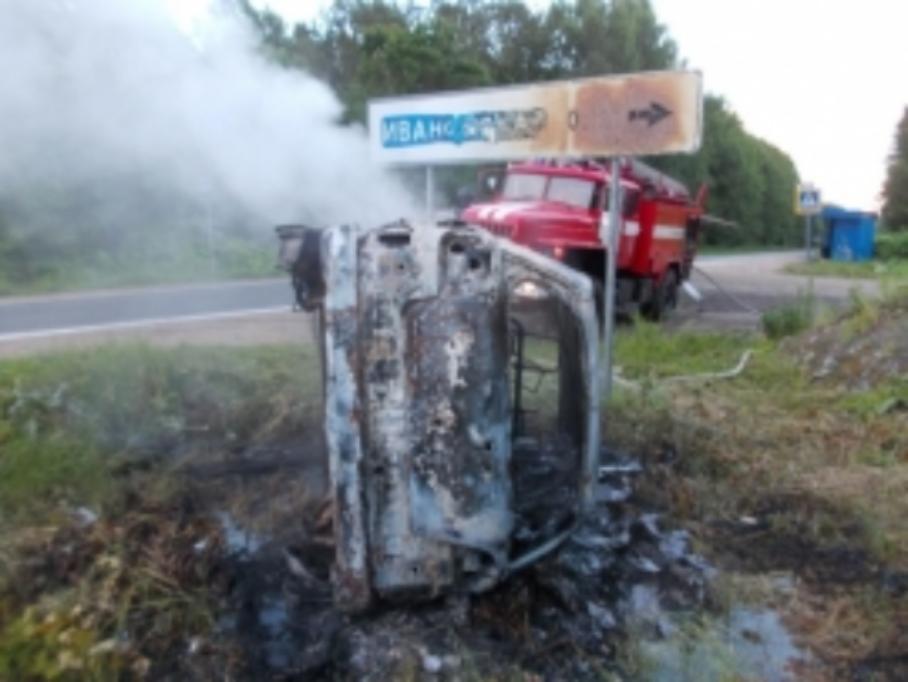 ВЯрославской области иностранная машина перевернулась вкювет исгорела: пострадал человек