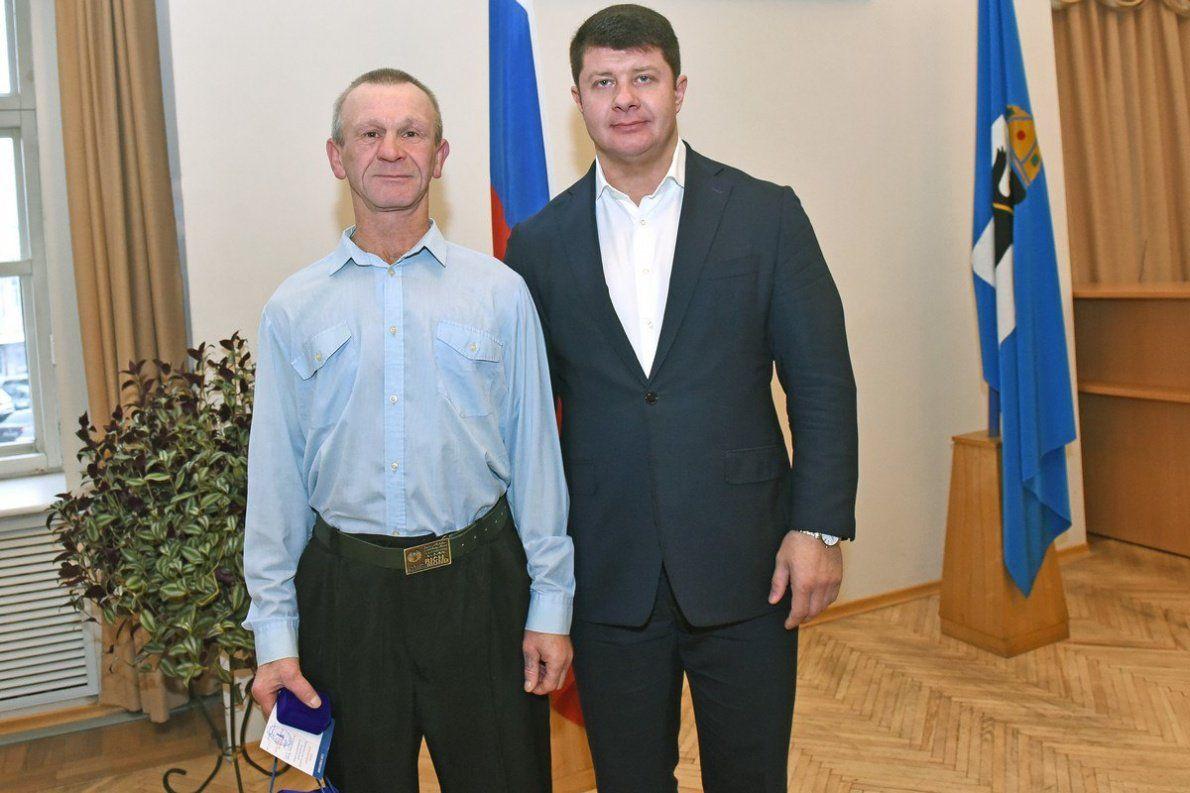 Мэр Ярославля наградил дворника заспасение ребенка