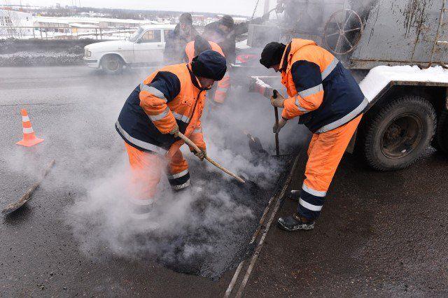 ВЯрославле начали латать дорожные ямы подругой технологии