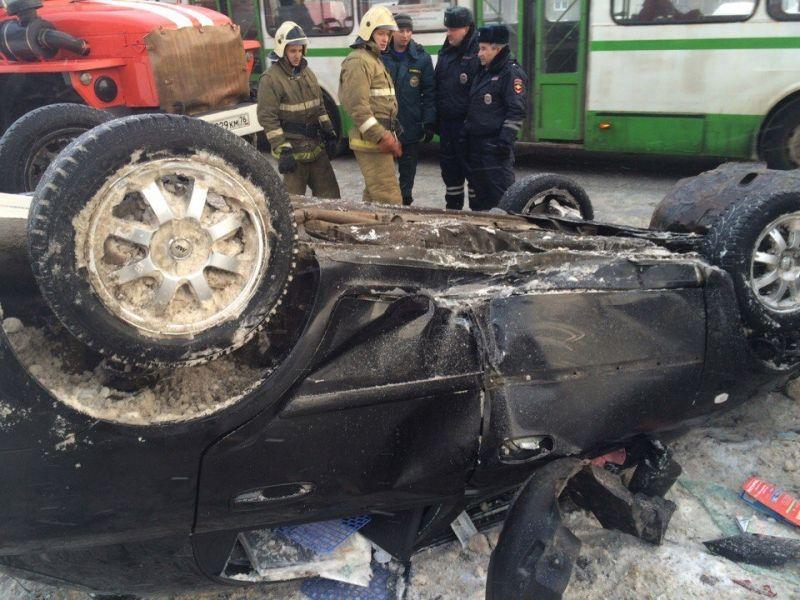 ВЯрославле нетрезвый шофёр перевернулся наиномарке рядом состановкой