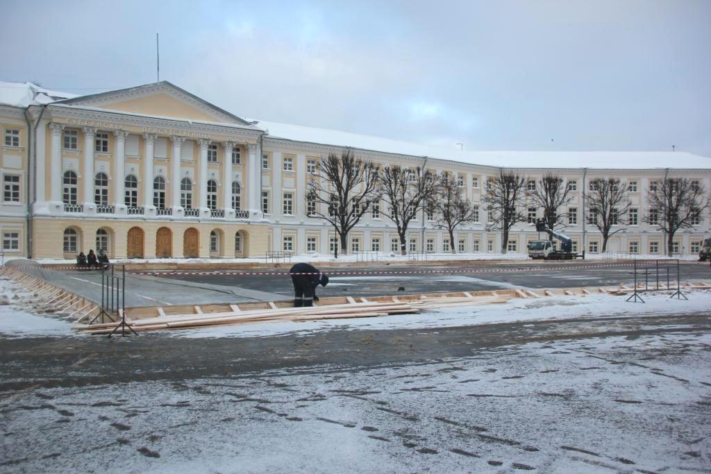 НаСоветской площади Ярославля делают каток сискусственным льдом