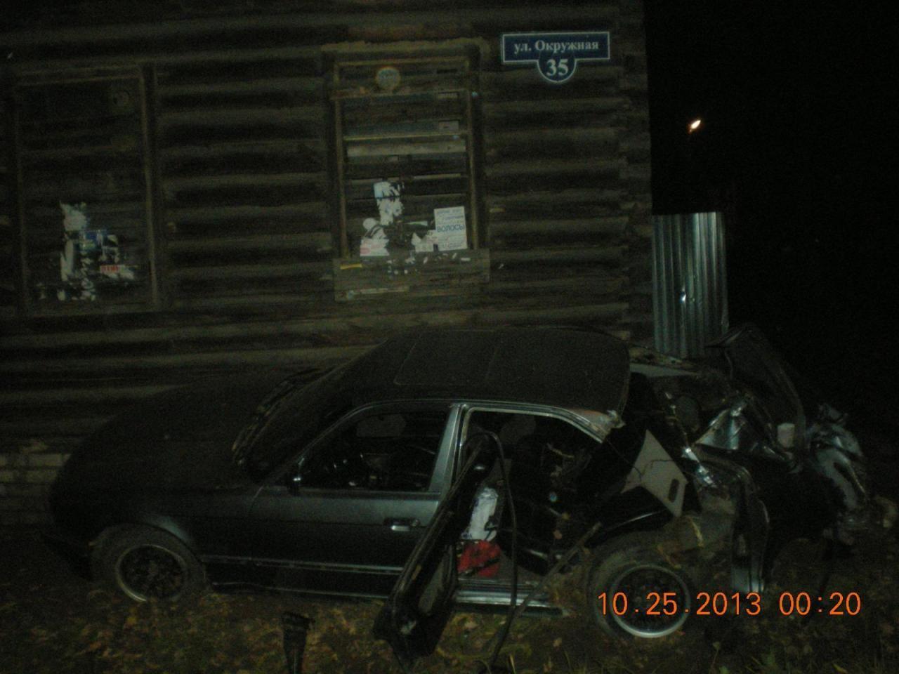 В Ростове пьяный водитель без прав врезался в дом.
